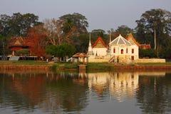 在河沿的泰国寺庙 库存照片