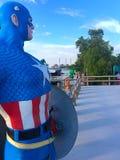 在河沿的American上尉模型 免版税库存照片