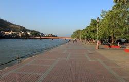 在河沿foothpath的步行 免版税图库摄影