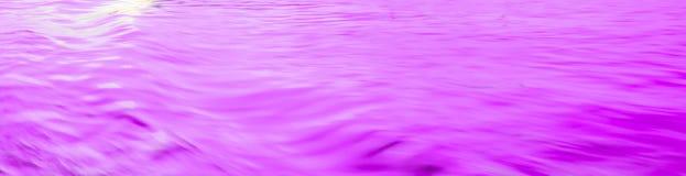 在河波浪的浅紫色的反射起波纹表面 摘要,宁静,言情 库存照片