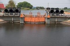 在河泰国的水门 免版税库存图片
