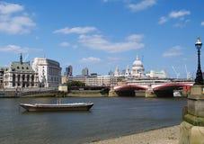在河泰晤士的风景视图 免版税库存图片