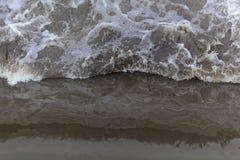 在河测流堰的动荡水 免版税库存图片