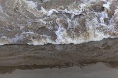 在河测流堰的动荡水 库存图片