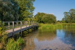 在河测试的人行桥,汉普郡,英国 免版税库存图片