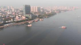 在河浮游物小船上 在背景中是广州市,中国 影视素材
