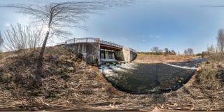 在河浮躁瀑布的充分的无缝的球状hdri全景360角度图水坝锁水闸 背景 免版税库存照片