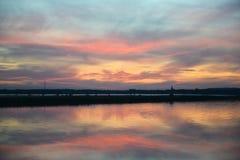 在河海岸的平安的晚上 免版税库存照片
