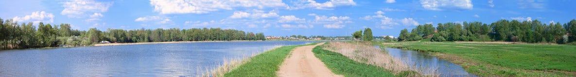 在河海岸的路 免版税库存照片