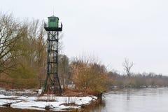 在河海岸Mukhavets的边界塔 库存图片