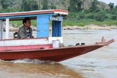 在河湄公河供以人员巡航在一条小船 免版税库存图片