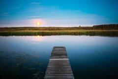在河湖池塘的月出在夏天晚上 免版税库存照片