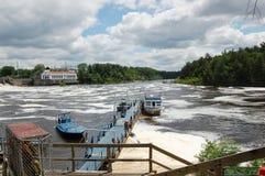 在河湖的小船口岸 免版税库存照片