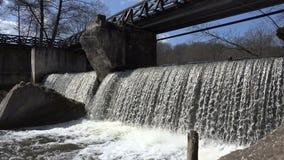 在河瀑布水流量的老遗弃木桥 4K 影视素材
