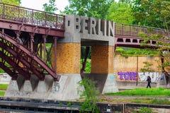 在河狂欢的桥梁在柏林,德国,有雕刻的词的柏林 免版税库存照片