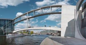 在河狂欢的现代人行桥在柏林 库存图片