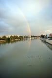 在河瓜达尔基维尔河的彩虹在塞维利亚,西班牙 库存图片