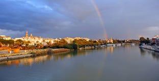 在河瓜达尔基维尔河的彩虹,它穿过塞维利亚,西班牙 免版税图库摄影