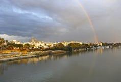在河瓜达尔基维尔河的彩虹,它穿过塞维利亚,西班牙 库存图片