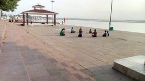 在河甘加的瑜伽 免版税图库摄影