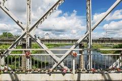 在河的一个人行桥 库存照片
