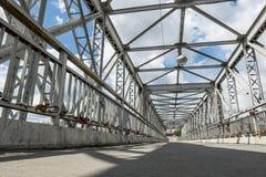 在河的一个人行桥 免版税库存照片