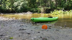 在河的一个皮船和圆盘高尔夫球圆盘 免版税图库摄影