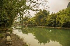 在河的一座历史的桥梁 免版税库存照片