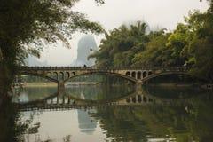 在河的一座历史的桥梁 库存图片