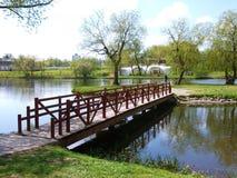 在河的一座小桥梁 免版税库存图片