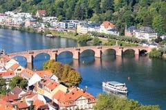 在河的一座桥梁:海得尔堡 免版税库存照片