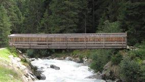 在河的一座桥梁 免版税库存图片
