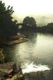 在河的一座老桥梁,在流浪者的竹木筏 库存照片