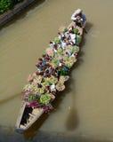 在河的一条人划船花小船在越南南方 免版税库存图片