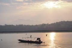 在河的一点小船 免版税库存照片