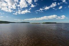 在河的一美好的天 库存照片