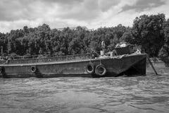 在河的一艘废弃的驳船 免版税库存照片
