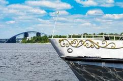 在河的一艘船 去桥梁 库存照片