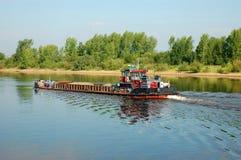 在河的一艘驳船 库存图片