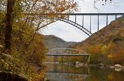 在河的两座桥梁 免版税库存图片