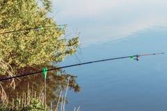 在河的两把标尺,当钓鱼时 库存照片