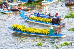 在河的两朵小船交换贸易花 免版税库存照片