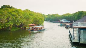 在河的乘客航海在森林里 库存图片