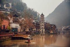 在河的人渔在古老菲尼斯镇,中国 免版税库存图片