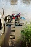 在河的人洗涤的衣裳 免版税库存照片