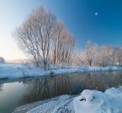 在河的冬天场面 免版税库存图片
