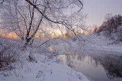 在河的冬天日出 免版税库存图片