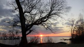 在河的冬天日落 库存照片