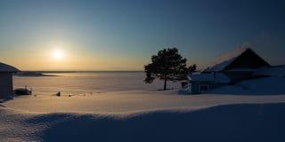 在河的冬天日落 免版税库存照片