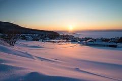 在河的冬天日落 免版税库存图片